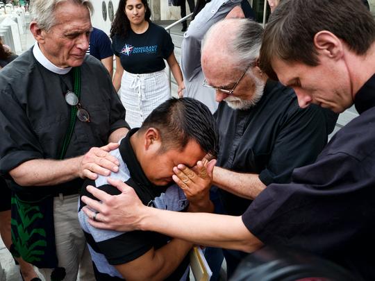 Religiosos rezan por Hermelindo Che Coc, de Guatemala,