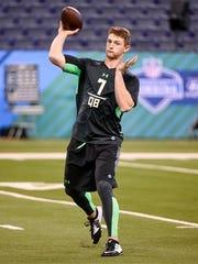 Louisiana Tech quarterback Jeff Driskel thows a pass