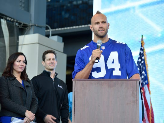 NY Giants player Mark Herzlich speaks to the crowd