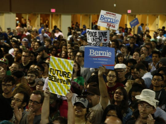 Thousands of people wait to see Democratic presidential