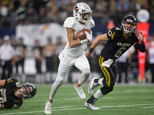 Refugio's Robert Ortiz runs the ball for a touchdown during the first quarter of the Class 2A Division I state championship game against Crawford at AT&T Stadium in Arlington Texas on Thursday Dec. 15, 2016.
