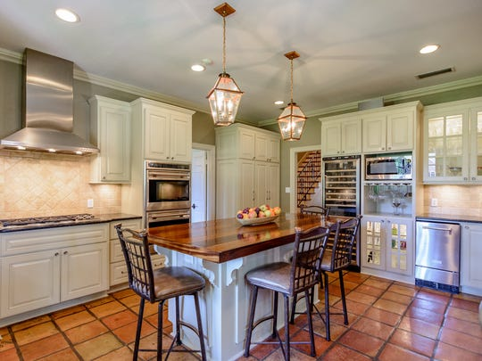 The kitchen s fully equipped with a gas cooktop, built-in