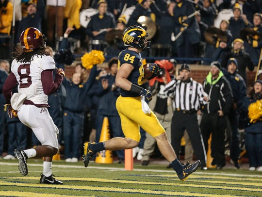 Michigan tight end Sean McKeon scores a touchdown against Minnesota in Ann Arbor on Nov. 4.