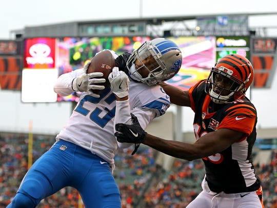 Lions cornerback Darius Slay (23) attempts an interception