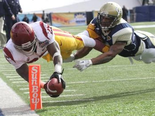 USC running back Silas Redd dives into the endzone