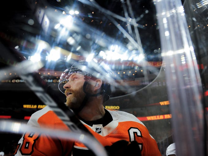 Flyers' Claude Giroux (28) comes off the boards during