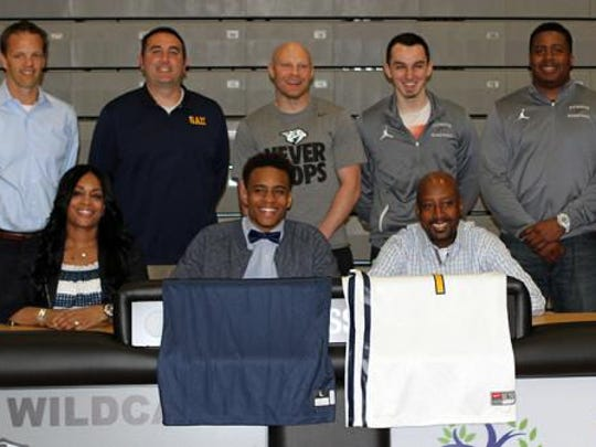 Brent Davis (front row, center), flanked by parents
