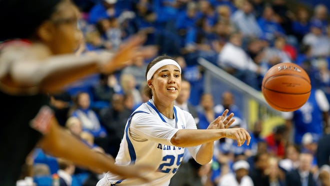 Kentucky's Makayla Epps passes the ball to the outside.