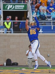 SDSU's Dallas Goedert (86) catches  a touchdown pass