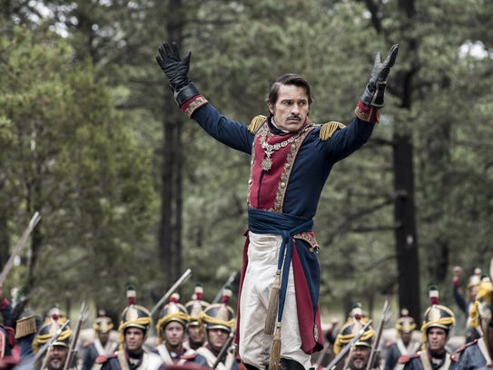 Santa Anna (Olivier Martinez) rouses his troops to