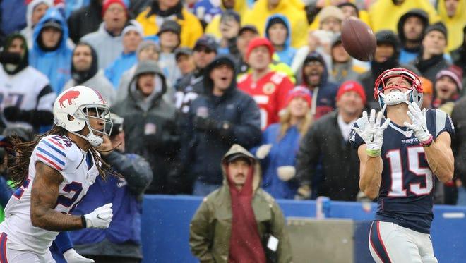 Ex-Bill Chris Hogan hauls in a 53-yard touchdown catch at New Era Field.