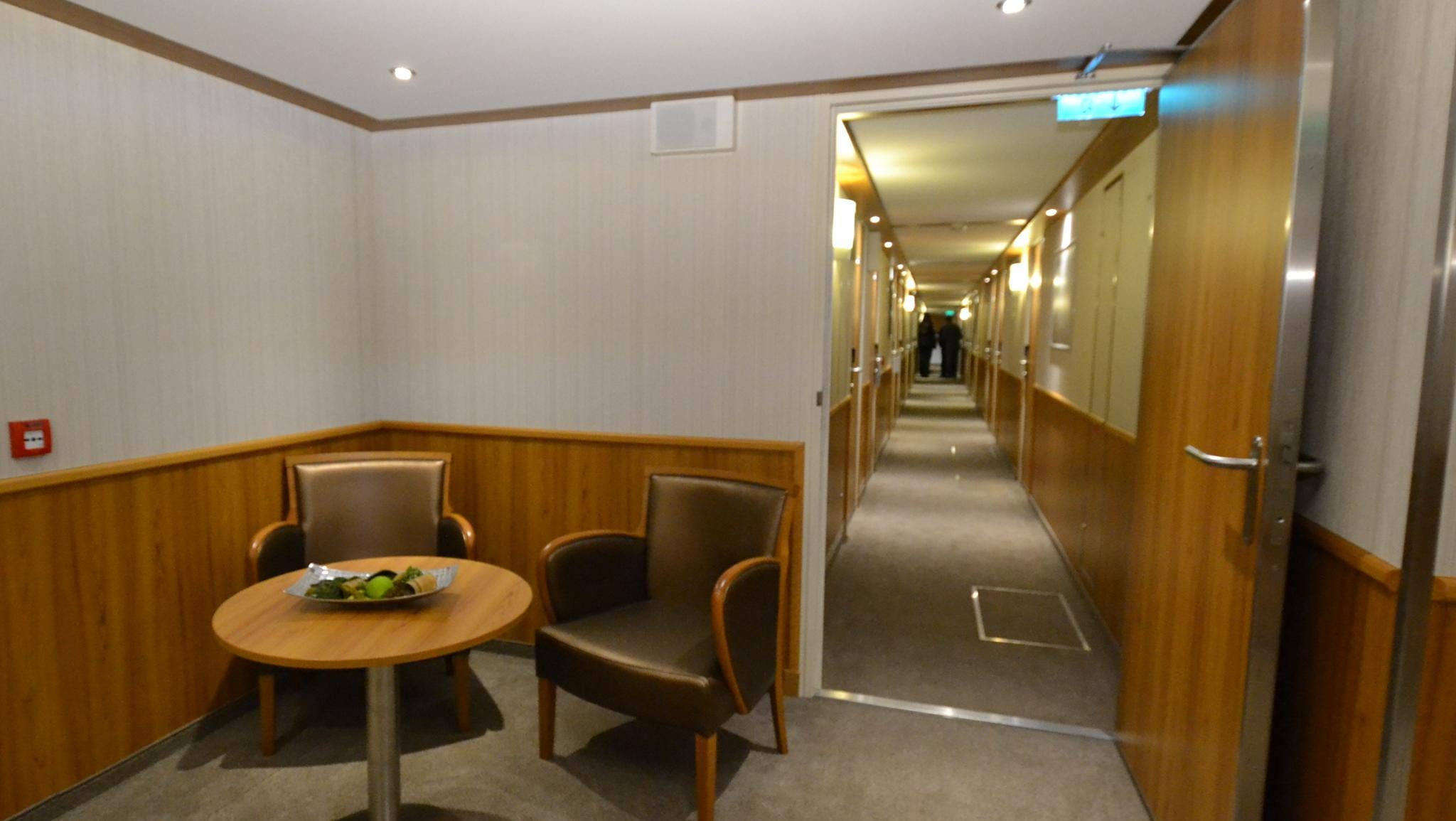A sitting area in a hallway on the ship's lower level.