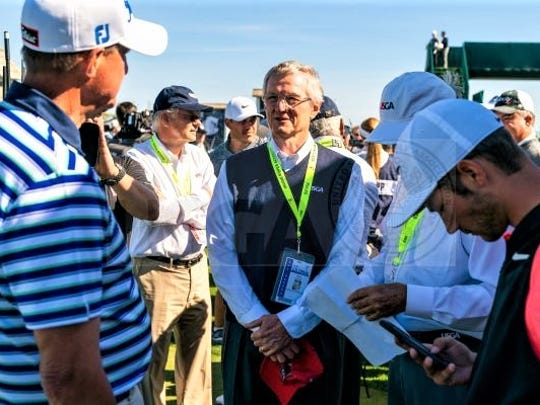 USGA president Mark Newell meets with tourney officials