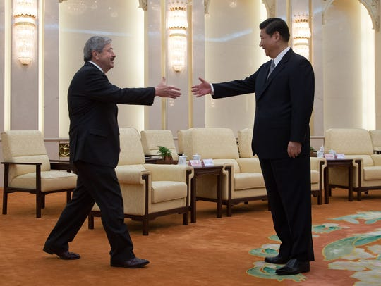 Iowa Gov. Terry Branstad shakes hands with Chinese