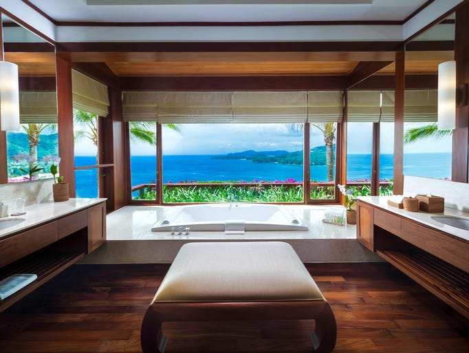 Vacation rentals with the best bathtub views for Floor to ceiling glass panels