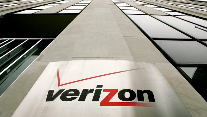 epa04855493 (FILE) A file photo dated 12 April 2006 showing a sign on the side of one of the Verizon buildings in New York. Reports on 21 July 2015 state Verizon in their press release reported a double-digit percentage growth in year-over-year quarterly earnings on an adjusted basis (non-GAAP) and continued strong cash flows. Total operating revenues in second-quarter 2015 were $32.2 billion, a 2.4 per cent increase compared with second-quarter 2014.  EPA/JUSTIN LANE *** Local Caption *** 01911104 ORG XMIT: NYC03