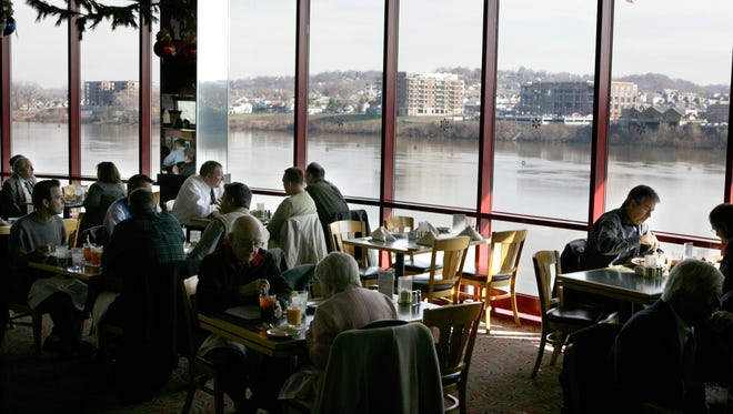 MONTGOMERYINN. LOCAL NEWS. DECEMBER 4, 2007. Lunch-time diners enjoy an Ohio River view at the Montgomery Inn Boathouse restaurant in downtown Cincinnati.