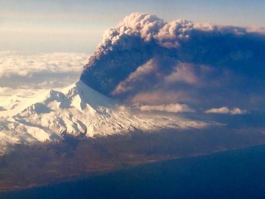 635947900924169035-APTOPIX-Alaska-Volcan-Haut.jpg
