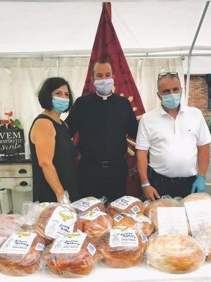 Padre Jay Mello com o Presidente das Grandes Festas do Divino Espírito Santo, Duarte Camara, e sua esposa Venilia.