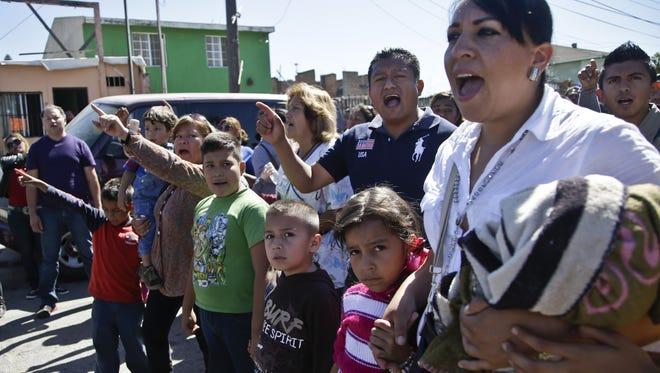 """Miembros del grupo """"Soñadores de la Frontera"""" realizan una protesta, en apoyo a los jóvenes que piden asilo a EU."""
