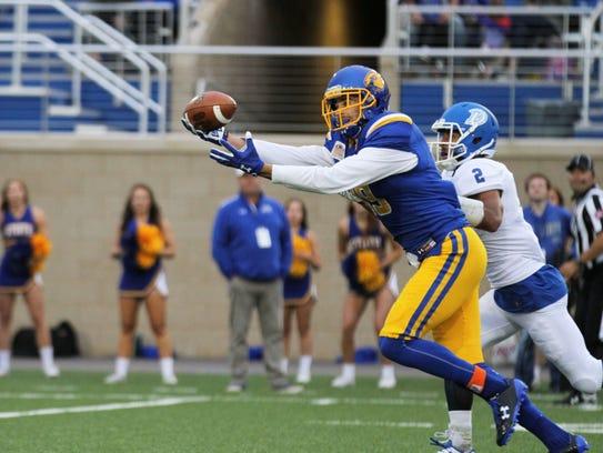 SDSU's Jake Wieneke (19) reaches for a catch past Drake's