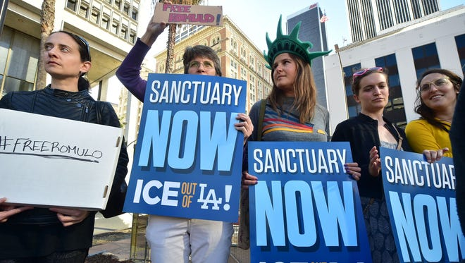 Manifestantes a favor de las ciudades santuario.