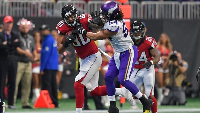 Atlanta Falcons tight end Levine Toilolo carries the ball as Minnesota Vikings linebacker Eric Kendricks defends during the first quarter at Mercedes-Benz Stadium.