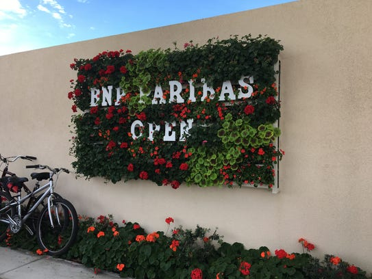 A small flower wall at the Indian Wells Tennis Garden