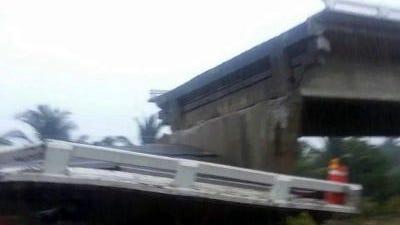 El sismo de 6.4 grados de este mediodía provocó el derrumbe del Puente El Cuajilote, en Tecpan, Guerrero.