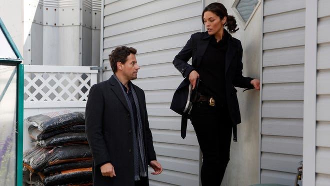 Dr. Henry Morgan (Ioan Gruffudd) is not your average TV medical examiner -- he's also immortal. His partner, Det. Jo Martinez (Alana De La Garza) is curious about his background.