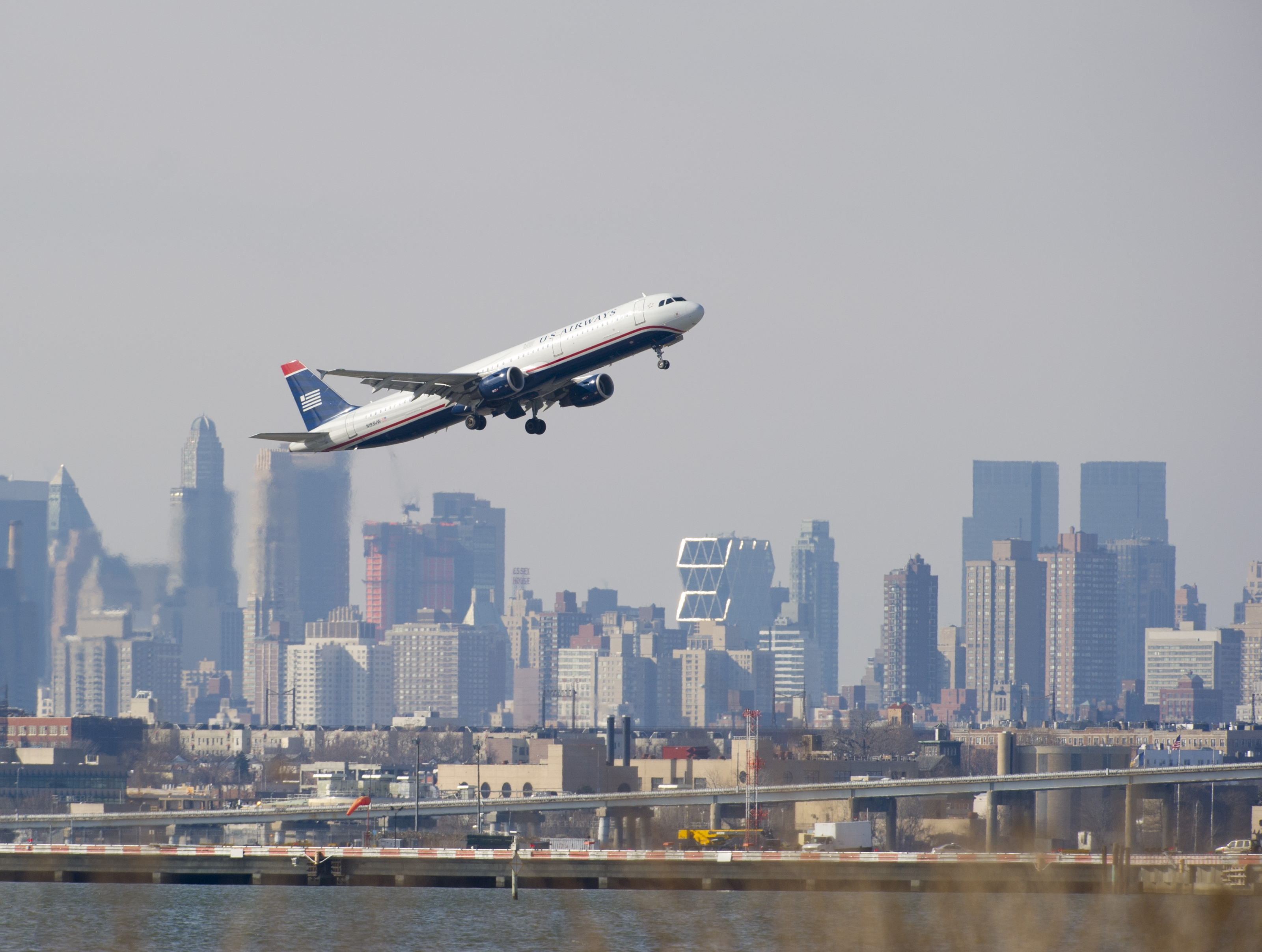 New York, NY - Scare In The Air: 2 Planes In Near-Miss Above NYC