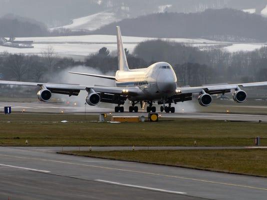 cargolux boeing 747 landing