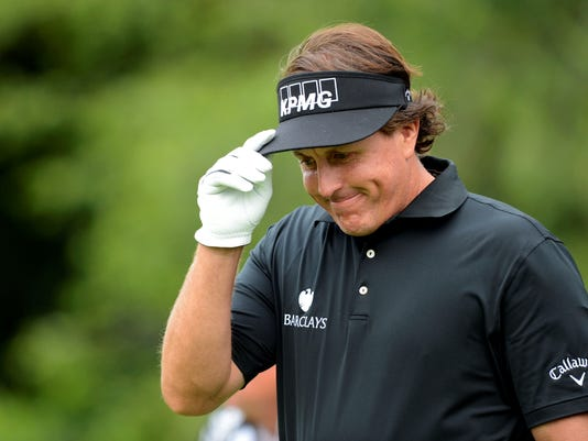2013-6-13 phil mickelson tips his cap