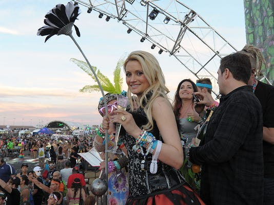 Holly Madison 39 I 39 M Officially Engaged 39