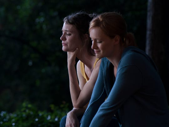 Cameron (Mackenzie Davis), left, and Donna (Kerry Bishé)
