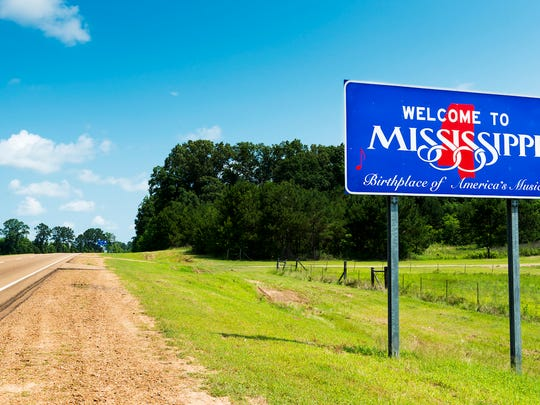 A highway sign welcoming travelers to the State of Mississippi.