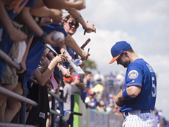 New York Mets third baseman David Wright signs autographs