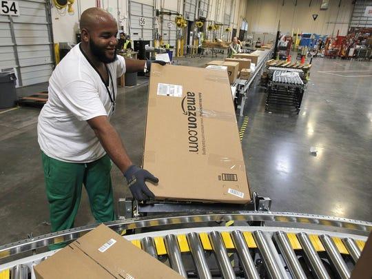Un empleado separa productos para los camiones en un