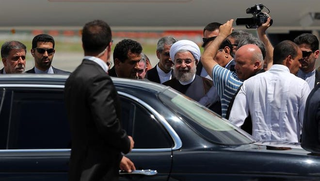 El presidente de Irán, Hasán Rohaní (c), a su llegada hoy, lunes 19 de septiembre de 2016, al aeropuerto José Martí en La Habana (Cuba).