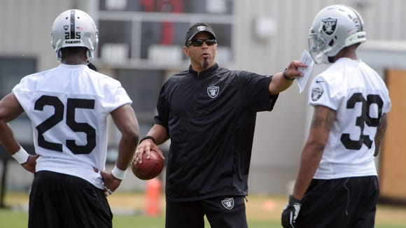 Raiders assistant defensive backs coach Rod Woodson (center) instructs players during last season's minicamp.