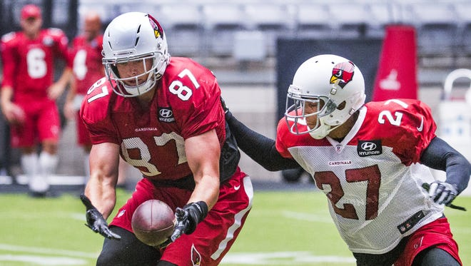 Arizona Cardinals tight end Troy Niklas tries to pull in a pass as Tyvon Branch defends during practice at University of Phoenix Stadium, Friday, July 28, 2017.