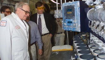 Warren Buffett takes a tour of a Benjamin Moore plant in May 2001.