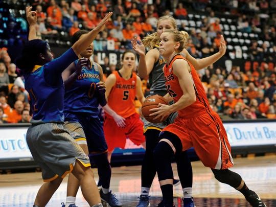 Oregon State's Jamie Weisner, right, drives to the basket during Oregon State's 75-51 win over CSU Bakersfield in an NCAA college basketball game, in Corvallis, Ore., on Tuesday, Dec. 15, 2015.