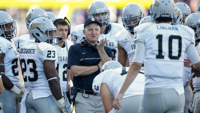 Idaho coach Paul Petrino talks to his offensive players during a timeout in a Sept. 10 game at Washington. The Vandals are 15-point underdogs to CSU in Thursday's Idaho Potato Bowl in Boise.