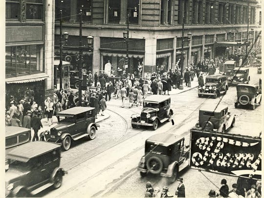 A Christmas crowd is shown at Fourth and Walnut streets