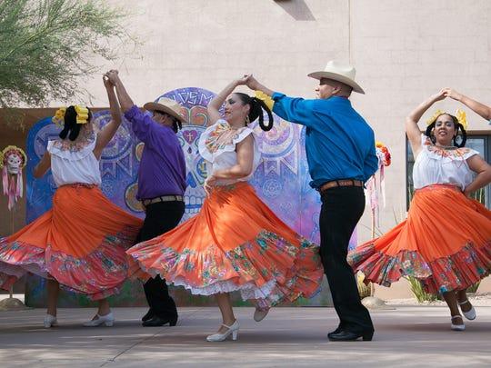 Música tradicional y bailables mexicanos durante el Festival de Día de Muertos en el Jardín Botanico.