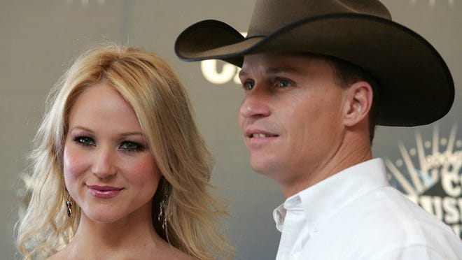 Just because they just announced their divorce doesn't mean Jewel and Ty Murray can't spend July 4th together.