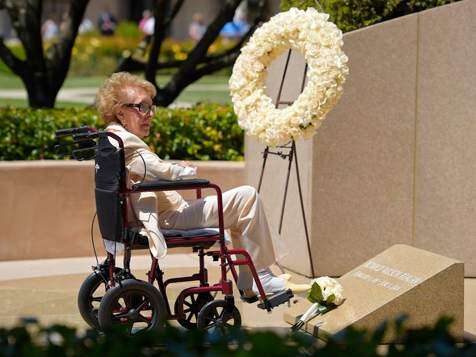 Former first lady Nancy Reagan visits the grave site of her husband Ronald Reagan at the Ronald Reagan Presidential Library on June 5, 2014, in Simi Valley, Calif.