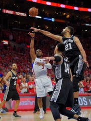 Los Angeles Clippers guard Chris Paul scoops in the