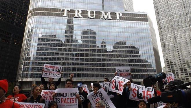 """EE.UU. ELECCIONES REPUBLICANOS:SHM20 - CHICAGO (IL, EEUU), 12/10/2015.- Activistas hispanos protestan hoy, lunes 12 de octubre 2015, frente a un hotel del precandidato republicano Donald Trump, en el centro de Chicago, Illinois, en contra de sus comentarios """"racistas"""" sobre la celebración del Día de la Raza."""